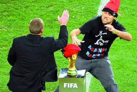 محاولة سرقة كأس العالم 2010 فيديو